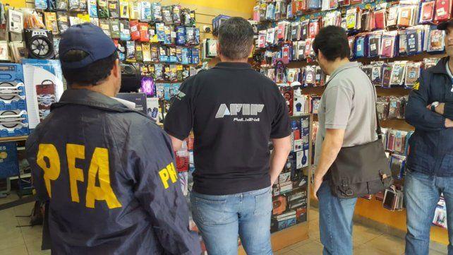 Funcionarios de la Policía Federal y la Afip en uno de los negocios allanados.