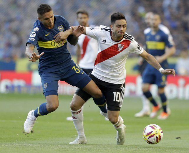 El chico Almendra disputa el balón con el Pity Martínez, en el clásico del último domingo.