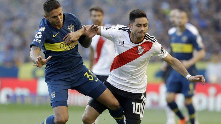 El chico Almendra disputa el balón con el Pity Martínez