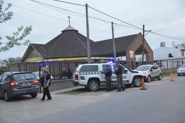 Tres móviles policiales frente a la iglesia