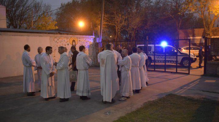 Los curas dieron misa con protección policial.