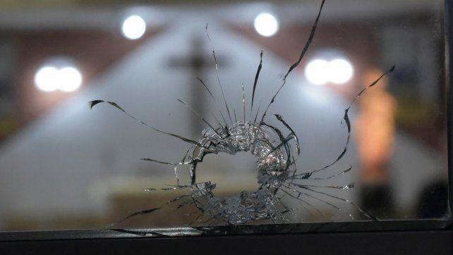 En la mira. Uno de los orificios que dejaron las balas en la parroquia María Reina