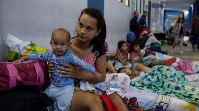 Desamparo. Una madre venezolana y su pequeño hijo en espera de entrar a Perú desde Ecuador.