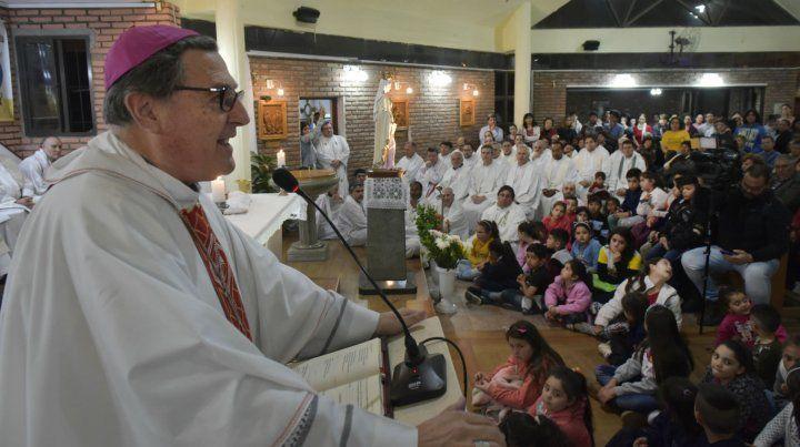 El arzobispo de Rosario durante la misa en la parroquia María Reina