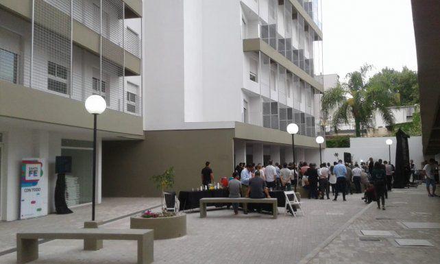 <div>Los 82 departamentos, de 2 y 3 dormitorios, están distribuidos en dos torres y en dúplex, en calle Crespo 1361. </div><div><br></div>