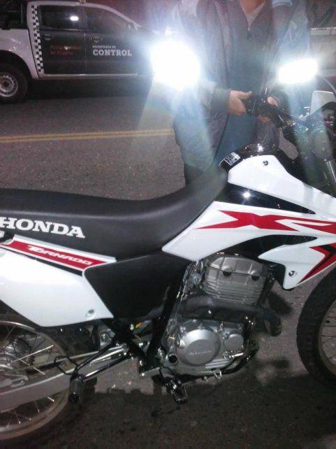 Una de las motos de alta cilindrada que fueron secuestradas durante el operativo anti picadas de esta madrugada.