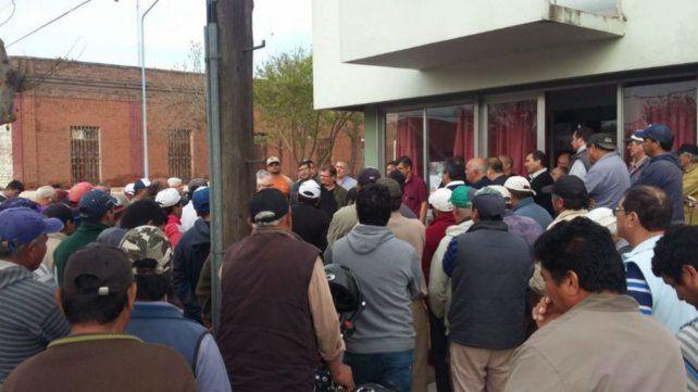 Asamblea. Los trabajadores municipales iniciaron la huelga el miércoles y se paralizaron todos los servicios.