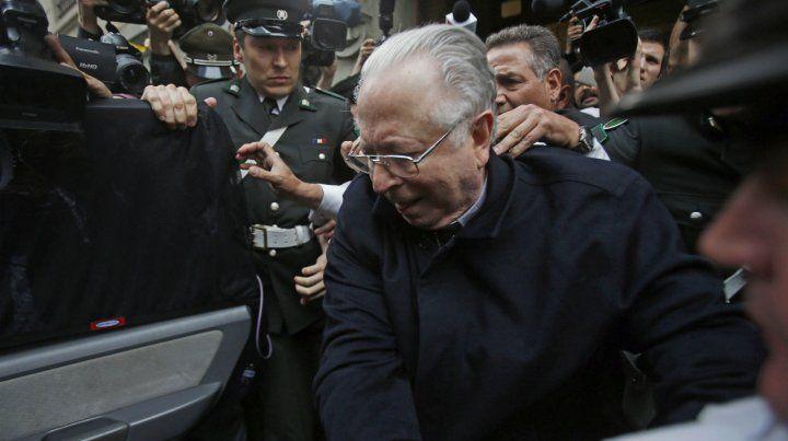 Karadima al salir de una audiencia judicial en 2015. Desde ayer no es más sacerdote.