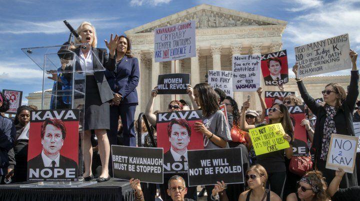 En pie de guerra. Dos senadoras demócratas participan de un acto contra Kavanaugh frente a la Corte.