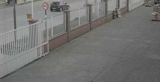 En foco. El Volkswagen Gol negro usado por los atacantes fue captado por una cámara de videovigilancia.