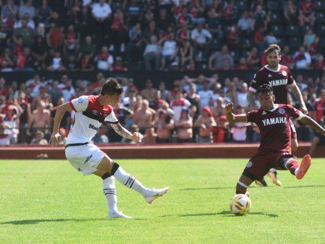 Adentro. Fértoli sacó el tiro para el segundo gol de la lepra ante Lanús. Hoy será titular.