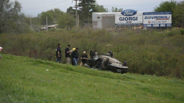 El auto Renault Sandero terminó volcado a varios metros de la autopista.