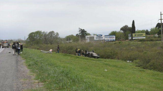 El Renault Sandero se despistó varios metros y volcó.