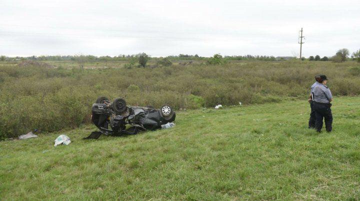 Chocaron dos autos en la autopista a Santa Fe, uno se despistó, volcó y murió su conductor