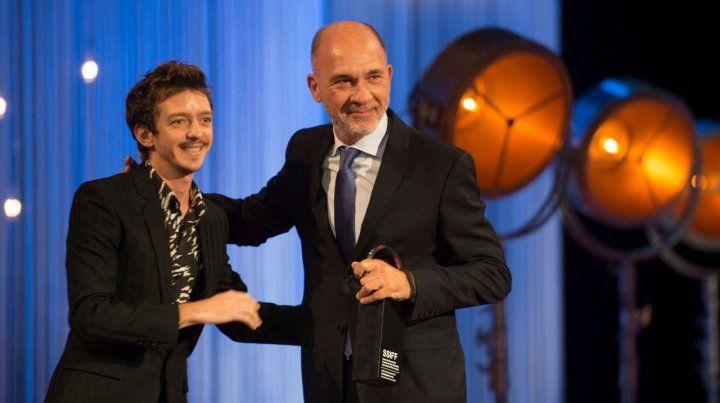 Gracias. Grandinetti recibe el premio de manos del actor Nahuel Pérez Biscayart.