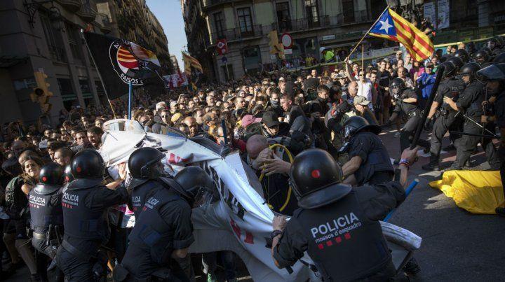 Los nacionalistas se enfrentaron ayer con la policía catalana en el centro de Barcelona.