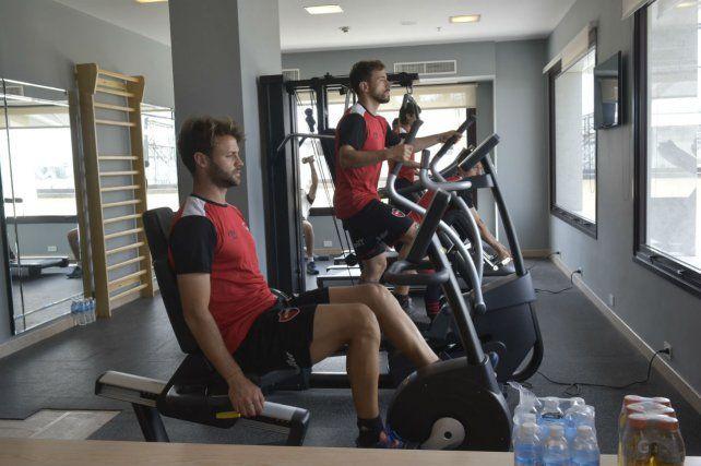 Sills entrena en la bicicleta fija y Bernardello lo hace en la escaladora. Fue ayer en el hotel