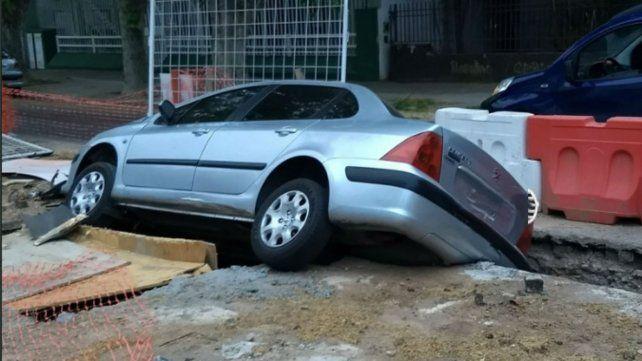 Un auto cayó en un pozo donde se realizan obras en la zona sur