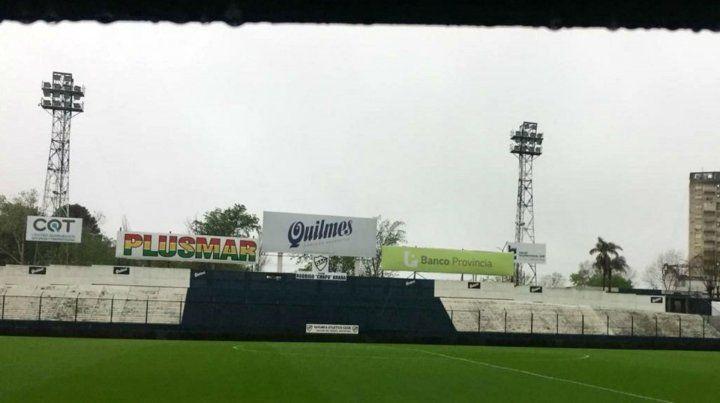 Así lucía la cancha de Quilmes cuando se suspendió el encuentro entre la Lepra y el Pincha.