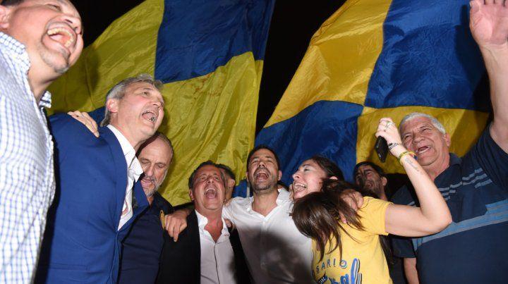 Festejo oficialista. Rodolfo Di Pollina (centro) celebra la victoria junto a los integrantes del Foro Canallas Unidos.