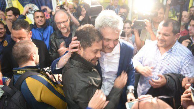 Felices. Di Pollina se abraza con Carloni y Lucero se acerca. Tres de las caras más importantes del club.