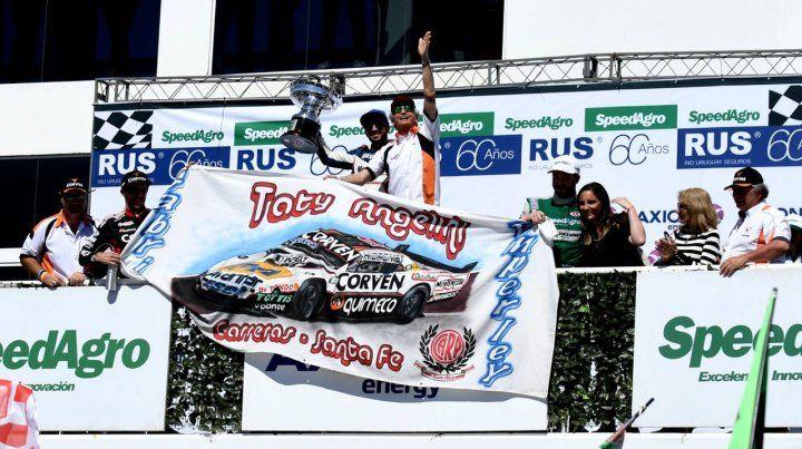 Emoción. El papá de Juan Marcos Angelini le entregó el trofeo al ganador Julián Santero