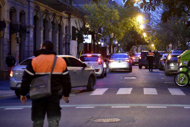 Mano dura contra los conductores que estacionan en doble fila: multa y le sacarán la licencia