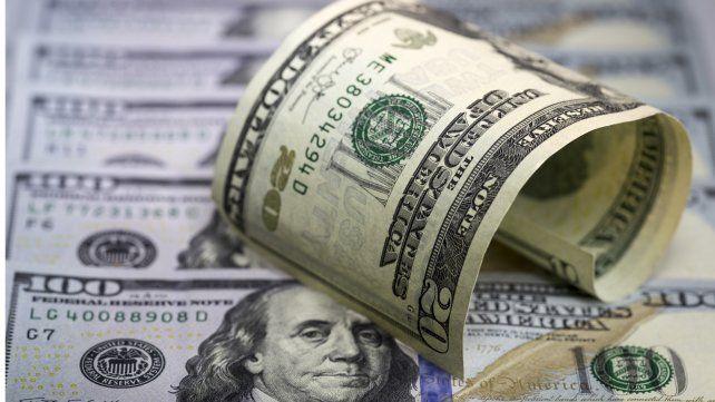 El dólar retrocedió 1.60 pesos en el debut de las bandas cambiarias