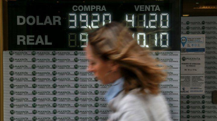 Cambio y tasa. El dólar bajó algo más de un peso ayer