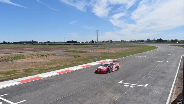 Momento sublime. Ovación recorrió ayer la moderna pista junto al piloto de Toyota Damián Fineschi.