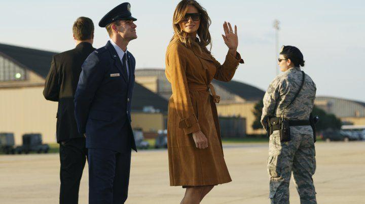 Polémica en redes sociales por los zapatos que llevó Melania Trump en su gira por Africa