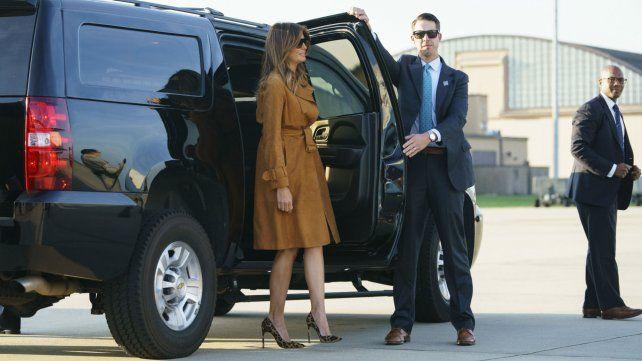 Melania fue vista luciendo zapatos de leopardo con tacos aguja cuando se dirigía hacia el avión.