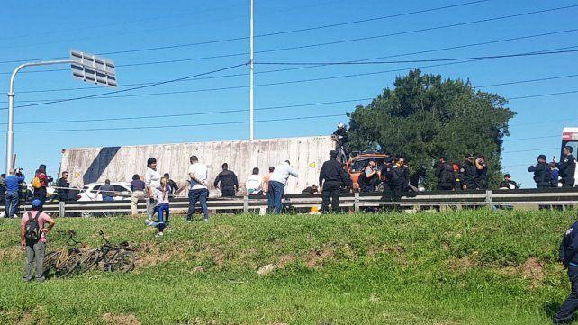 Rescataron y trasladaron al hospital a las dos mujeres atrapadas en el auto aplastado