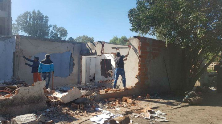 Esta mañana comenzó a demoler viviendas en la zona por donde pasará la avenida.