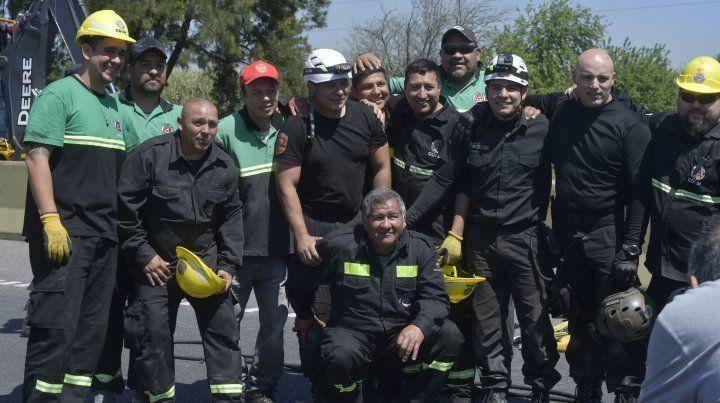 Héroes. Los rescatistas trabajaron arduamente durante casi dos horas para salvarles la vida a las mujeres que quedaron atrapadas debajo del camión.