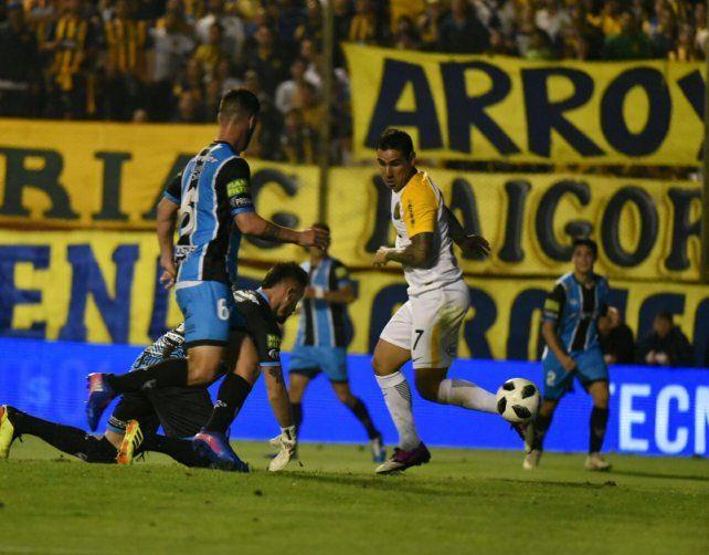 El Chaqueño Herrera se anticipa al arquero Ramírez y toca al gol.