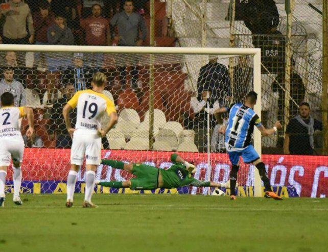 Acosta ejecuta el penal que se convierte en el gol de Almagro