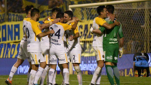 Pase canalla. Los jugadores de Central abrazan a los héroes ante Almagro: Matías Caruzzo y Ledesma.