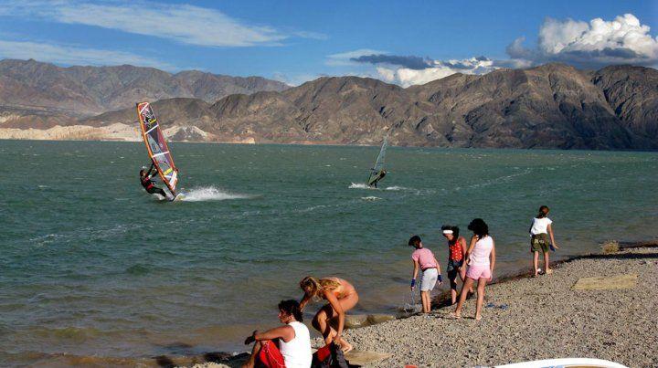 Domando olas. Cuesta del Viento es uno de los mejores lugares del mundo para practicar windsurf. Deportistas de todo el planeta se entrenan allí.