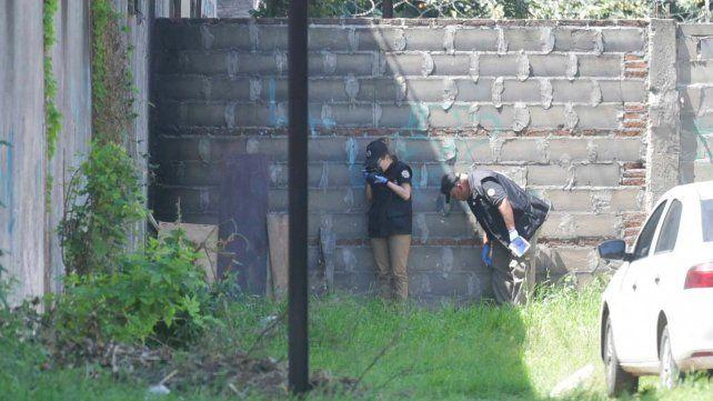 El final. Peritos de la Policía de Investigaciones trabajaron en el lugar del hallazgo antes de retirar el cuerpo.