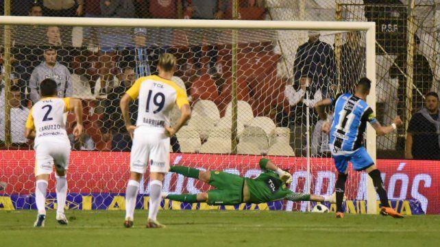 Tocados. Caruzzo (2) y Barbieri (19) sufren el gol de Almagro. Ambos terminaron con lesiones.