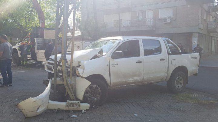 Con una camioneta robada chocaron a otros autos y se estrellaron contra una columna