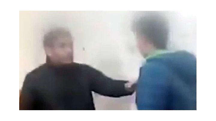El alumno primero empujó al profesor y posteriormente lo agredió en reiteradas oportunidades.