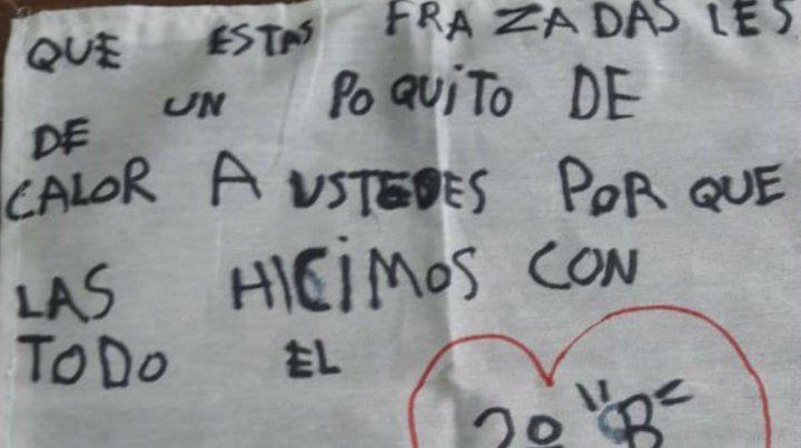 Están en la primaria y tejieron mantas con mensajes solidarios