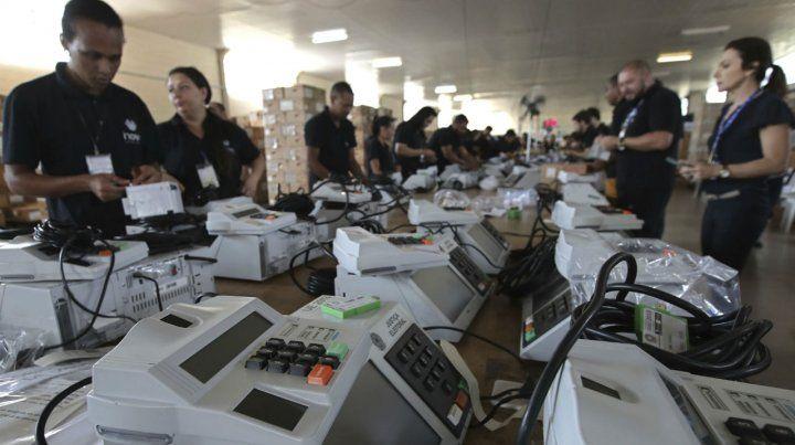 Preparativos. Las máquinas para el voto electrónico se comenzaron a distribuir ayer en Brasilia.