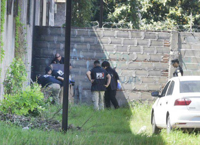 Tras un paredón. El cuerpo de Leandro Aybar apareció anteayer junto a la vía que corta calle Mitre al 2700