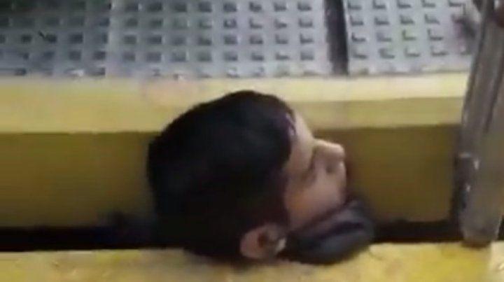 El rescate del joven demoró una hora y media y el servicio de trenes estuvo interrumpido ese tiempo.