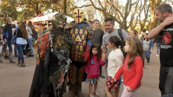 Atracción. Los trajes de época captaron las miradas de los visitantes de todas las edades en zona norte.