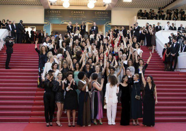 Actrices protestando en el último festival internacional contra la disparidad salarial en la industria del cine.