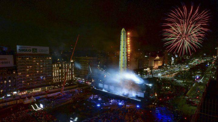 Epicentro. La ceremonia tuvo lugar en el Obelisco con luces y fuegos artificiales.